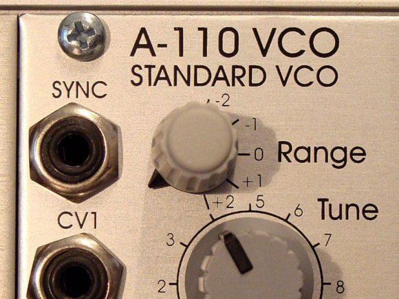 Der A-110 VCO als monophone Klang-Basis zur Polyphonie. Abbildung: Das (Frequenz) Range-Poti lässt sich über den markierten Bereich weiterschalten...
