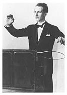 Lev Termen am Theremin (Quelle: 120years.net)