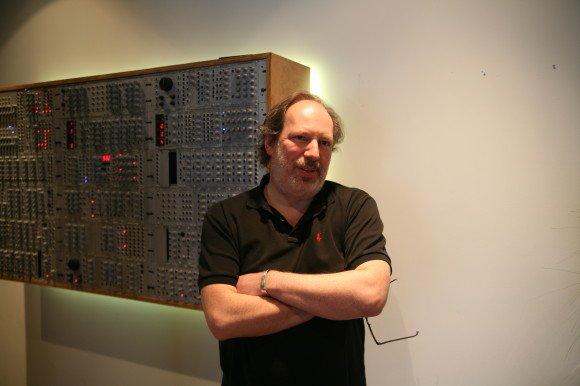 Hans Zimmer in Foyer seines Studios vor einem Doepfer Nodularsystem