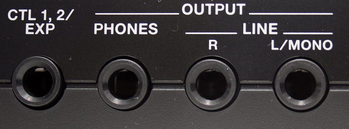 Kopfhörer und Leine-Ausgang, beides dabei. Auch die Fußschalter-Fraktion kommt hier auf ihre Kosten