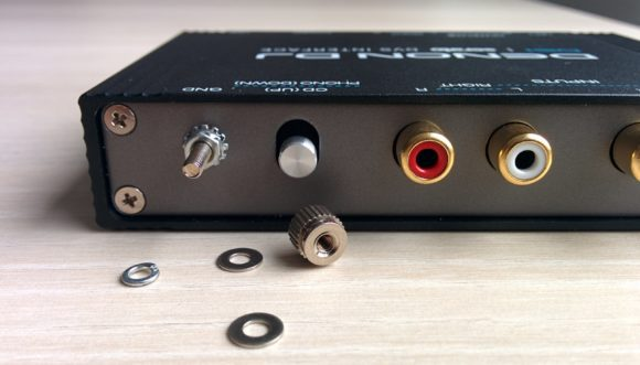 An der Rückseite: die Erdungsschraube mitsamt losen Kleinteilen, der Phono/Line-Switch und die Inputs