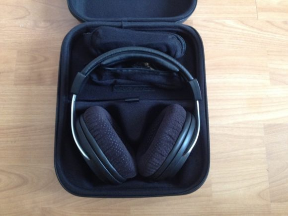 Der Kopfhörer wird in einer festen Transportbox geliefert