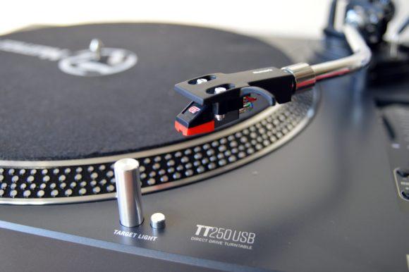 Der Numark TT250USB wird mit einem Tonabnehmer geliefert