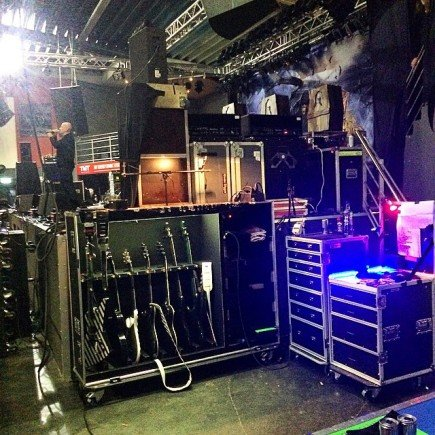 der Bühnenplatz des Gitarrentechs, hier aus Platzgründen einmal neben der Bühne