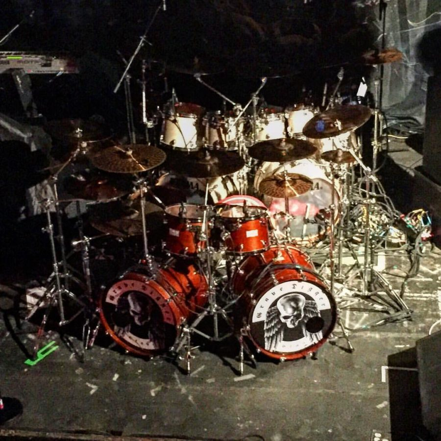 wenn es auf der Bühne eng wird, können 2 Drumsets schon mal zu einem einzigen verschmelzen