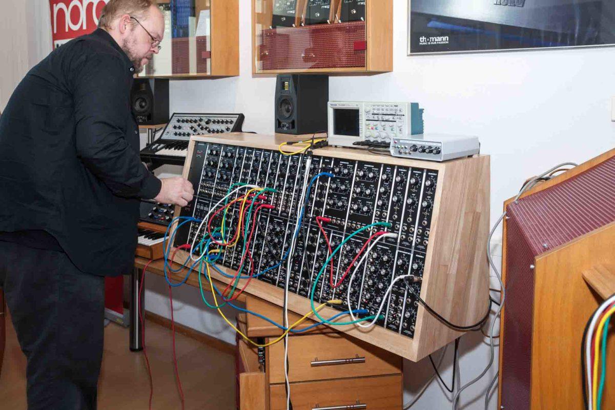 Holger Marienberg bei der Montage eines seiner Systeme