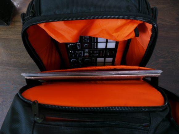 Kann eng werden: das größte Fach des UDG Digi Backpack mit Vinyl, Controller und Extrafach