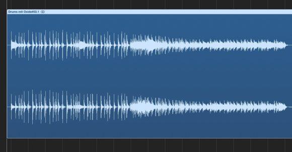 an der Schlagzeug-Wellenform wird der Lautheitsgewinn deutlich
