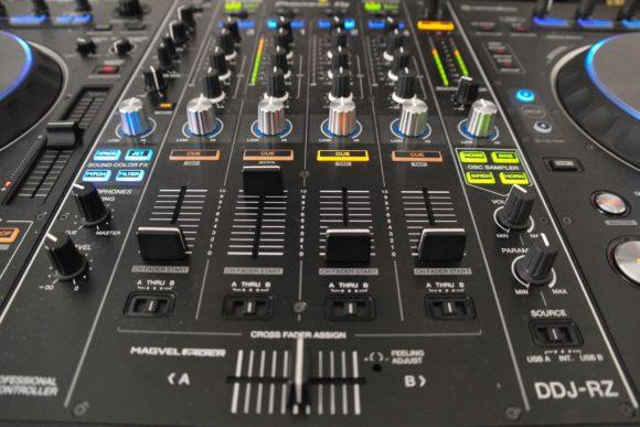 Die Mixereinheit ist den aktuellen DJM-Modellen nachempfunden