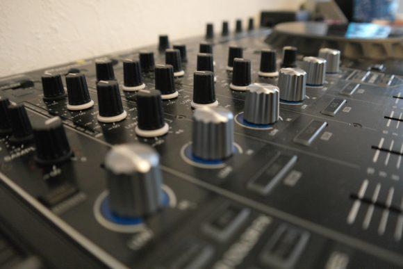 Die Sound-Color-FX lassen sich über die großen Regler steuern