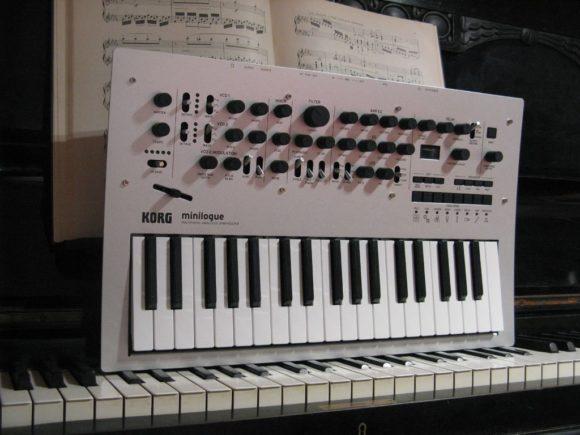 Minilogue macht Piano platt - noch ein Größenvergleich