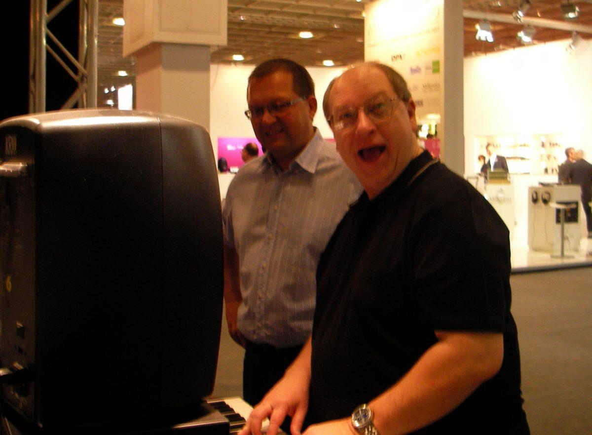 John Bowen während der Musikmesse in Frankfurt, und er spielt seinen Solaris. Zeuge der Szene neben ihm ist Michael Hein, International Business Development Manager von Moog Music Inc.