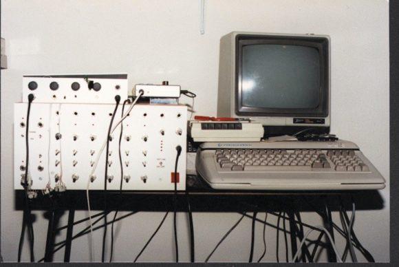 Selbstgebastelter Drumcomputer und ein Commodore Rechner.