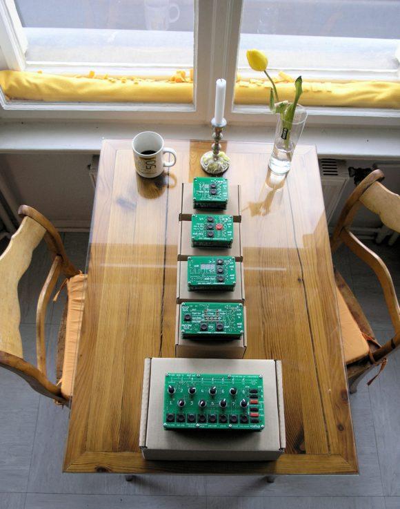 Am Küchentisch: Die Produkte der Audiowerkstatt in der Reihenfolge ihrer Entstehung.