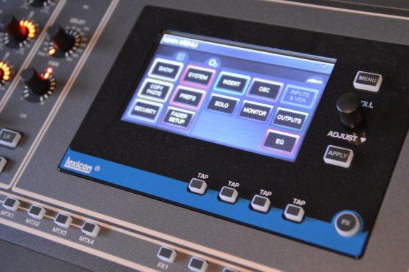 Das 5-Zoll-Display ist Touchfähig und bietet eine flache Menühierarchie