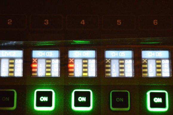 Das Kanal-Display zeigt den Namen, die Funktion (über die Farbgebung), sowie den Pegel, die Pegelreduktion und die Gateaktivität an.