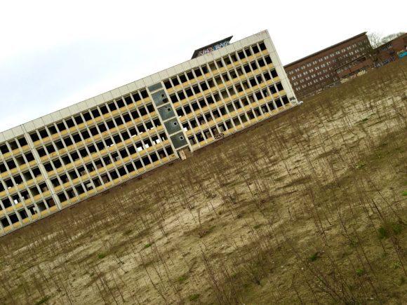 Das Funkhaus (r.i.B) hinter verlassenen Industrie-Bauten