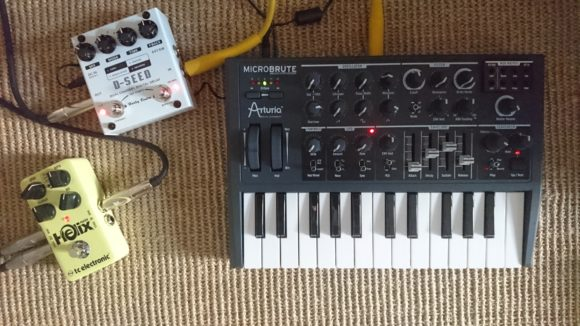 Arturia Microbrute mit Harley Benton D_Seed Delay und TC Electronic Helix Phaser