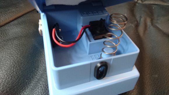 Bei BOSS so üblich: Rändelschraube des Fußschalters aufdrehen, Deckel vom Batteriefach hochklappen - da gehört der 9-Volt Block rein