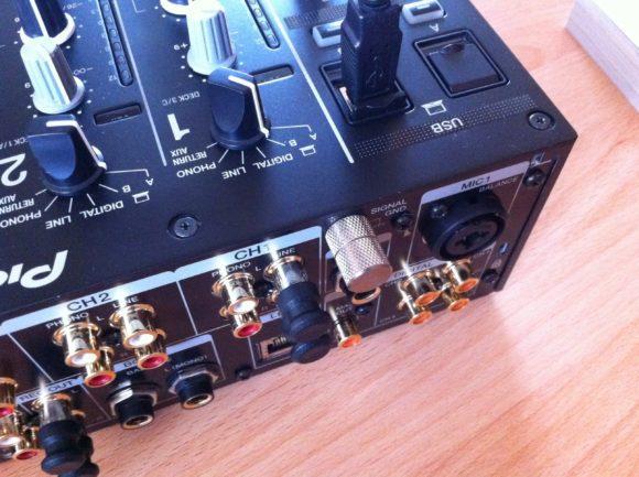 Endlich auch beim Pioneer DJM-900NXS2: Dicke Phono-Rändelschrauben, und zwar zwei.