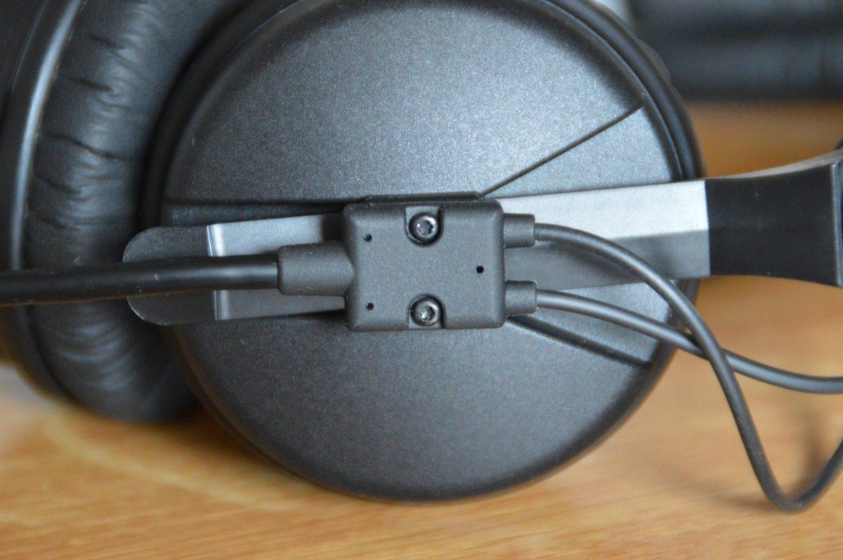 Das Spiralkabel ist sehr robust befestigt.