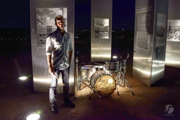 Beim Video-Dreh vor cooler nächtlicher Kulisse inmitten der Skulpturen auf dem Monte Scherbelino