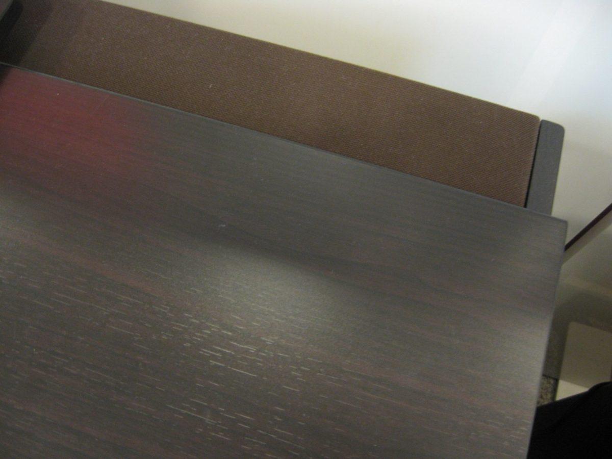 Hinter dem Notenpult des CA67 sind die mit Stoff überspannten Lautsprecher angebracht