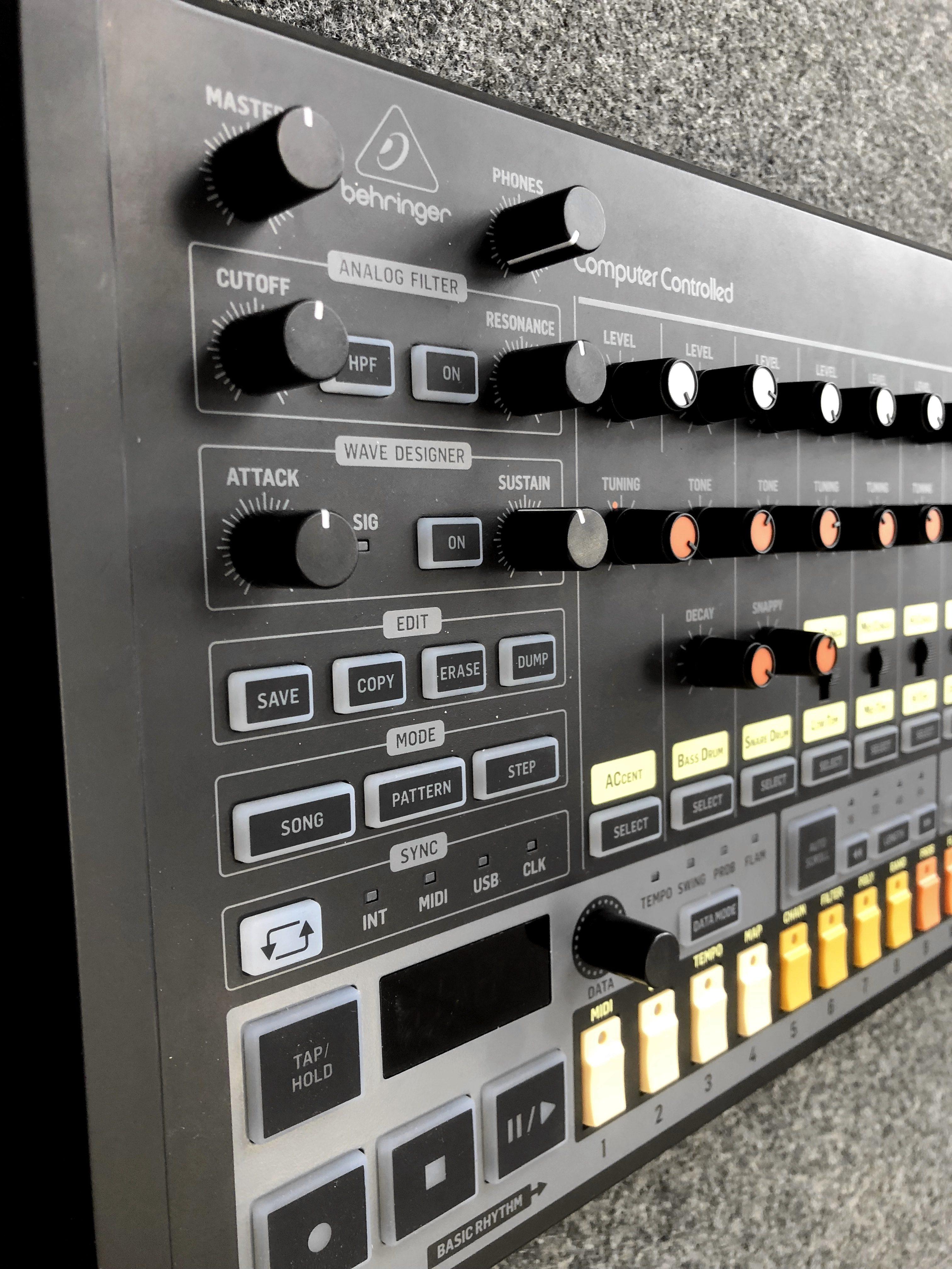 Behringer RD-8 Drumcomputer, der TR-808 Analog-Klon - AMAZONA de