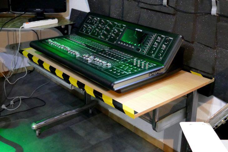 Der Tisch wird mit grünem Licht bestrahlt