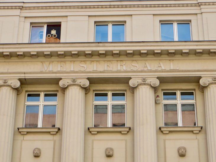 Das Wort Meistersaal findet sich auch an prominenter Stelle an der Fassade.