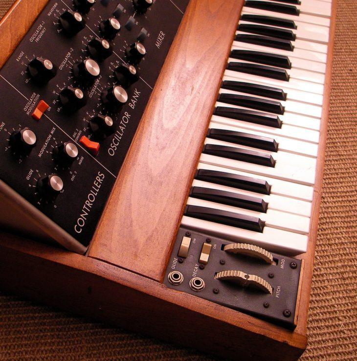 Der Synthesizer in der Rockmusik Moog