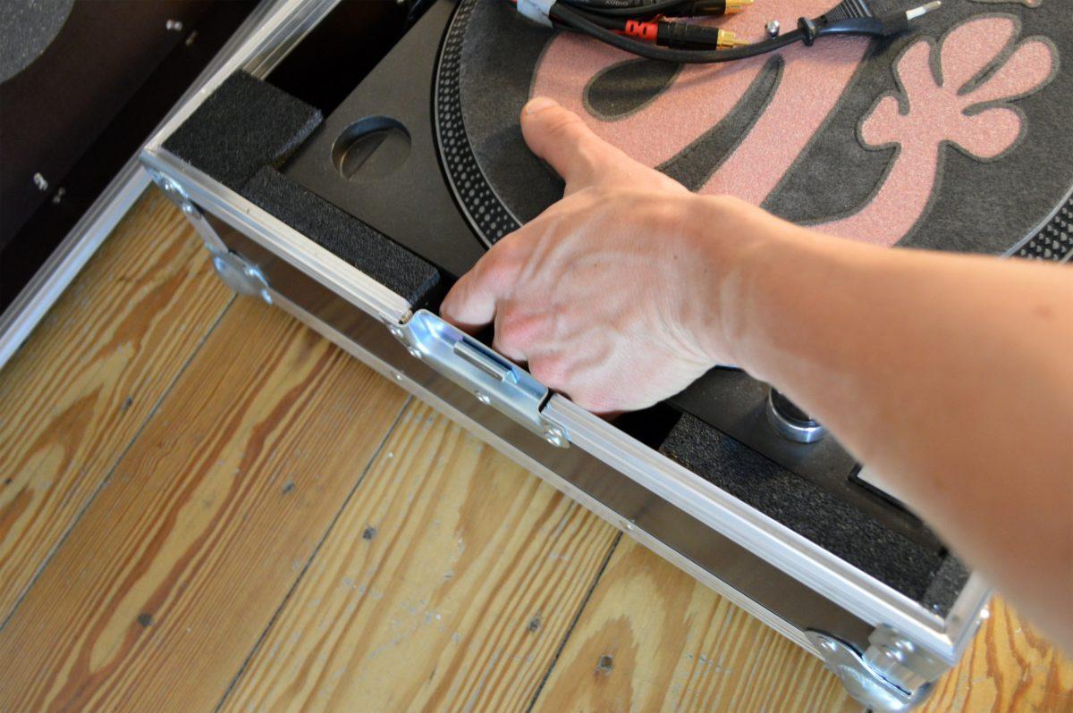 Der Platz zum Eingreifen beidseitig erlaubt ein angenehmes Hineinstellen und Herausheben des Plattenspielers