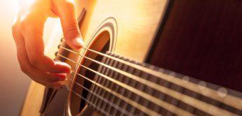 Wie zieht man Gitarren-Saiten richtig auf?