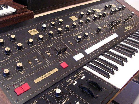 Der Yamaha CS-40M ist ein sehr mächtiger Synthesizer mit vielen Modukationsmöglichkeiten.