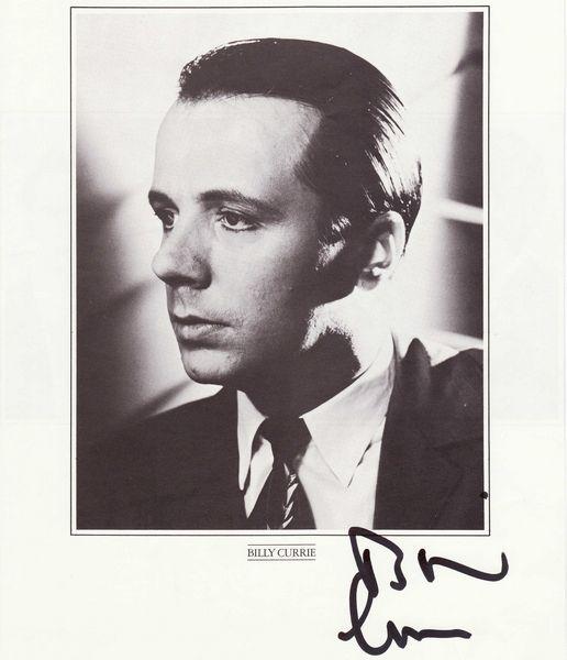 Autogrammkarte von Billy Currie (Scan-Nutzung mit freundlicher Genehmigung von Peter Nagel, The Unofficial German Fanpage)