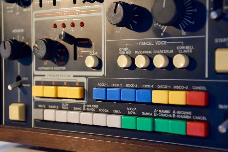 Das Besondere an der Roland CR-78 waren vier Speicherplätze, auf denen man eigene Rhythmen programmieren konnte. Luxus!