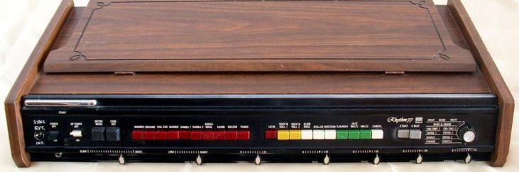 Die legendäre Roland TR-77 ist für ihren besonderes fetten Sound bekannt. (Bildquelle: The Unofficial German Ultravox Fanpage)