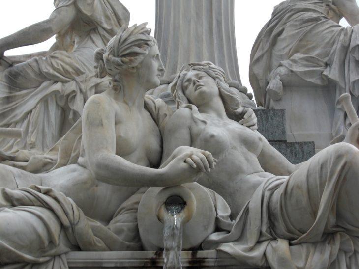 Wien mit seinen zahlreichen historischen Gebäuden und Statuen atmet den Geist einer großen Vergangenheit, kann aber auch ein Gefühl von Melancholie und Erschöpfung vermitteln. Die ideale Projektionsfläche für Neue Romantiker wie Ultravox.