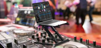 Test: Der Reloop Stand Hub, Laptop-Stand mit USB-Hub