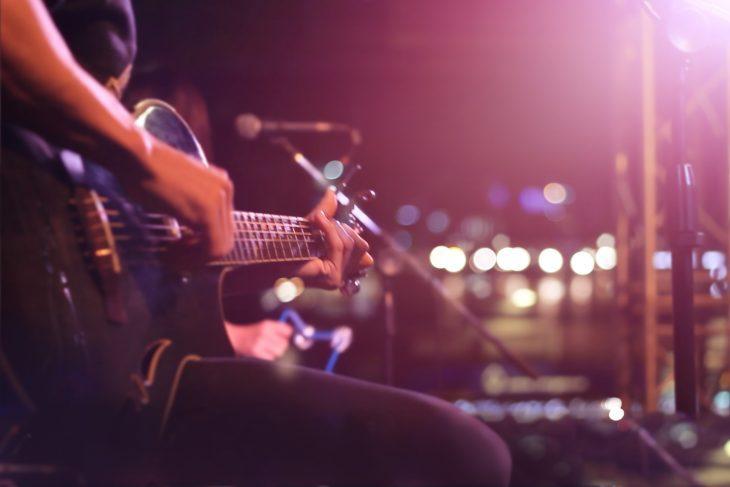 Wie viel kostet eine E-Gitarre?