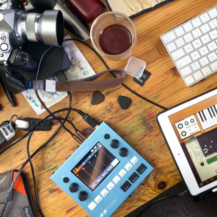 Persönliche Werte: bluebox 1010music, iPad mit VCS, Olympus-Kamera, Schlüssel zum Quattrom, Mac-Tastatur und Spuren des Fremdgehens.
