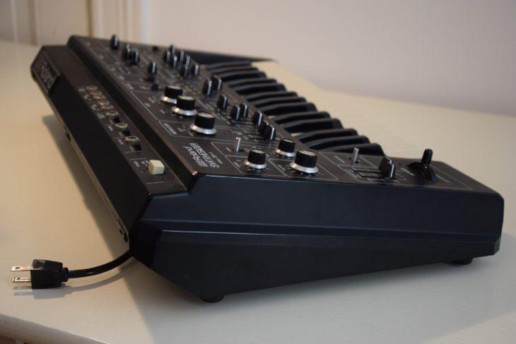 Roland SH-1 rechte Seite von schräg hinten