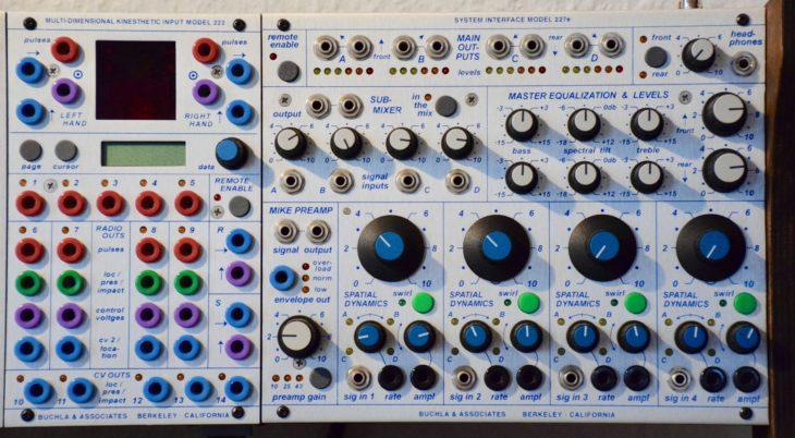 "Buchla 200e: Das System Interface 227e. Links das Modul ""Multi-Dimensional Kinesthetic Input Model 222"""