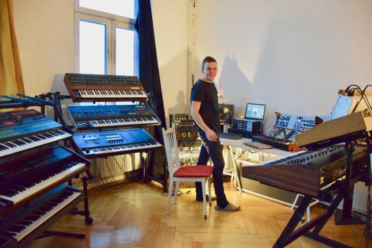 Lorenzo in seinem Synthesizer-Reich