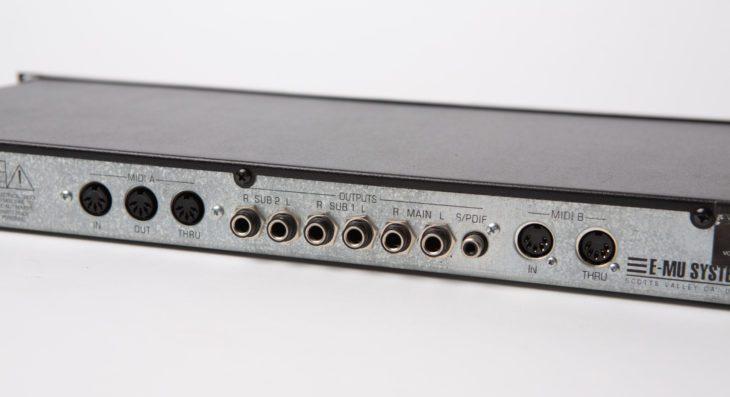 Hier bekommt man Anschluss: 3x Stereo-Ausgänge, SP-DIF, 2x MIDI in/out, einmal Thru...
