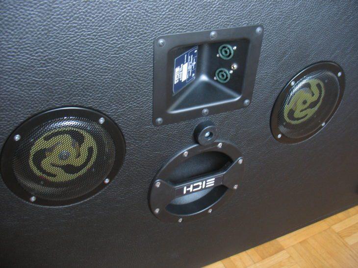 -- EICH Bassboard, die Rückseite, Anschlüsse und Tragegriff --