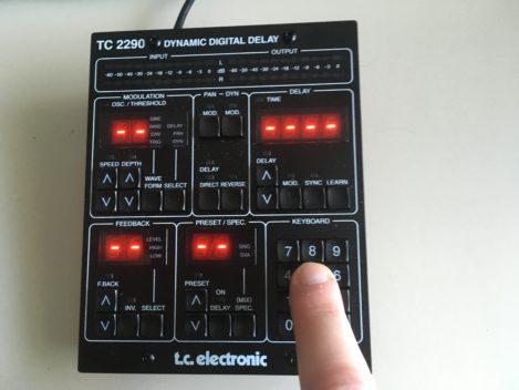 https://www.amazona.de/wp-content/uploads/2023/01/tc-electronics-tc2290-dt_finger-469x352.jpg