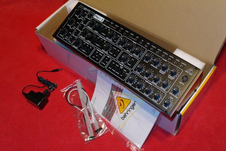Zum Paket des Pro-1 gehören Netzteil, Eurorack-Kabel und Bedienungsanleitung