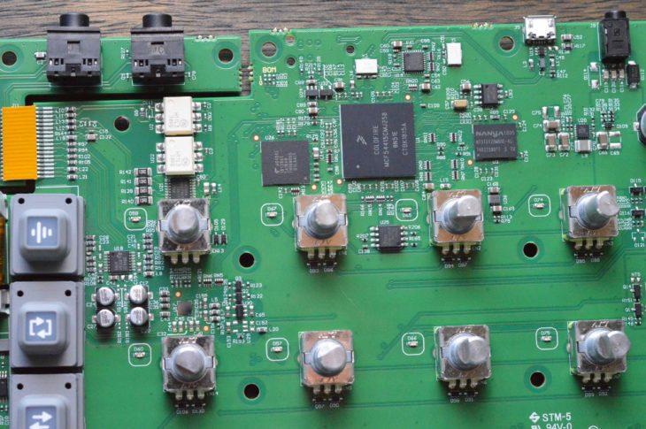 Betrieben wird das Gerät von einem Coldfire V4 MCF5441x 32-Bit Microcontroller mit einer Taktung von 250MHz