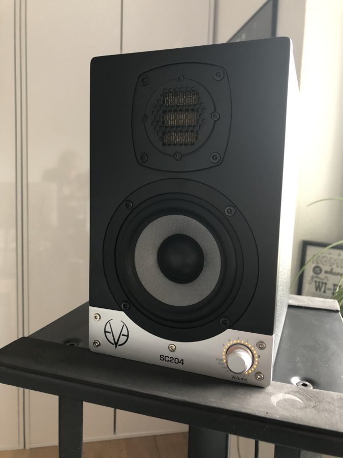 Eve Audio SC204 auf Hochstaaender